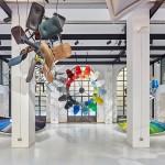 Hella Jongerius traz cor e material da biblioteca do Vitra à vida, com a instalação vibrante.